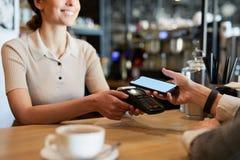 Het betalen in Restaurant stock afbeeldingen