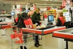 Het betalen in supermarkt stock afbeelding