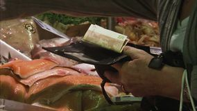 Het betalen van contant geld in supermarkt