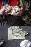 Het betalen van de rekening Stock Afbeeldingen