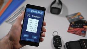 Het betalen van een opslag receipe met een smartphone app In het kader van mensen` s handen, betaalt een persoon voor aankopen in stock videobeelden
