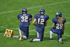 Het betalen van eerbied in Amerikaans Voetbalspel stock foto's