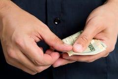 Het betalen van Geld Stock Foto's