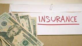 Het betalen van verzekeringsgeld stock footage