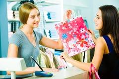 Het betalen voor kleren Stock Afbeeldingen