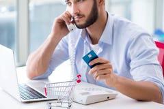 Het betalen voor online aankoop met krediet bij pos stock afbeelding