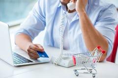 Het betalen voor online aankoop met krediet bij pos royalty-vrije stock afbeeldingen