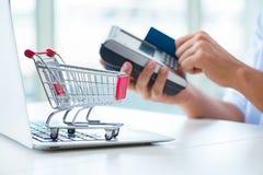 Het betalen voor online aankoop met krediet bij pos stock afbeeldingen