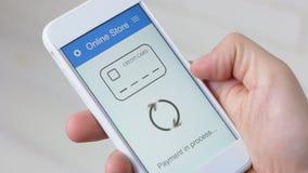 Het betalen voor online het winkelen gebruikend smartphonetoepassing stock video