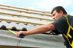 Het betegelen van de werkman dak Stock Foto