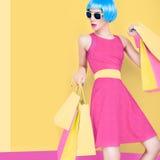 Het betoverende dame winkelen Stock Foto
