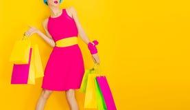 Het betoverende dame winkelen Stock Afbeeldingen