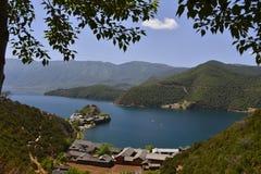 Het betoverende landschap van Lugu-meer Stock Afbeeldingen