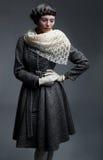 Het betoverende meisje van de manier in retro kleren Royalty-vrije Stock Foto's