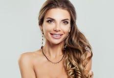 Het betoverende vrouw glimlachen Vrouwelijk model met juwelen royalty-vrije stock foto