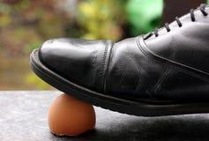 Het betreden op eierschaal Stock Foto's