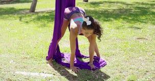 Het bevallige acrobatische danser uitwerken stock video