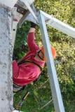 Het beveiligen van een arbeider terwijl het werken van bij de bouw een loggia royalty-vrije stock afbeelding