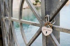 Het beveiligen van liefde met een hangslot royalty-vrije stock foto's