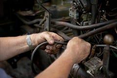 Het bevestigen van de mens tractormachine Stock Foto