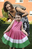 Het bevestigen van de moeder het haar van de dochter Royalty-vrije Stock Afbeelding