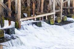 Het bevestigen van de oude dam Stock Fotografie