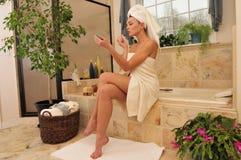 Het bevestigen van de vrouw lippenstift in de badkamers Stock Afbeeldingen