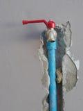 Het bevestigen van gelekte waterpijp op de muur Royalty-vrije Stock Foto