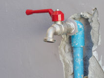 Het bevestigen van gelekte waterpijp op de muur Stock Foto