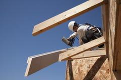 Het bevestigen van Roofer stralen op dak Royalty-vrije Stock Afbeelding