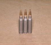 Het bevindende cartriges kaliber van 308 Winchester met volledig metaaljasje bullets staalgeval Royalty-vrije Stock Afbeelding