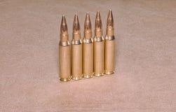 Het bevindende cartriges kaliber van 308 Winchester met volledig metaaljasje bullets staalgeval Stock Foto's