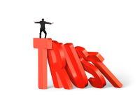 Het bevindende mens in evenwicht brengen bij de domino's van het vertrouwenswoord het vallen Stock Afbeeldingen