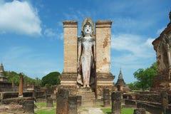 Het bevindende standbeeld van Boedha bij de ruïnes van de Wat Mahathat-tempel in het Historische Park van Sukhothai, Thailand Royalty-vrije Stock Foto's
