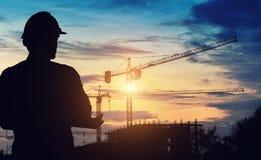 Het bevindende werk van de silhouetingenieur bij de bouw Stock Foto