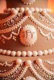 Het bevriezen op tiered huwelijkscake Stock Fotografie