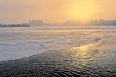 Het bevriezen van de Neva-rivier Stock Foto's