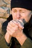 Het bevriezen van koud mannetje met stoppelveld Royalty-vrije Stock Foto