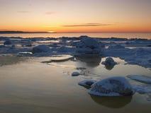 Het bevriezen van overzeese kust in het romantische avondlicht Royalty-vrije Stock Afbeeldingen