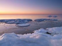 Het bevriezen van overzeese kust in het romantische avondlicht Royalty-vrije Stock Afbeelding