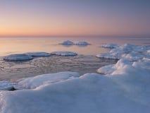 Het bevriezen van overzeese kust in het romantische avondlicht Royalty-vrije Stock Foto's