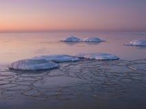 Het bevriezen van overzeese kust in het romantische avondlicht Royalty-vrije Stock Fotografie