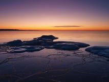Het bevriezen van overzeese kust in het romantische avondlicht Stock Fotografie