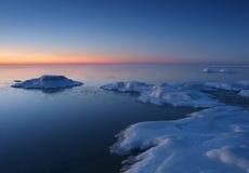Het bevriezen van overzeese kust in het romantische avondlicht Royalty-vrije Stock Foto