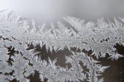 Het bevroren de winterpatroon op glazen venster dicht omhoog stock foto