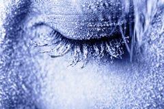 Het bevroren oog van de vrouw dat in vorst wordt behandeld Stock Afbeeldingen