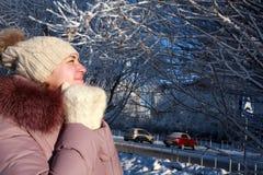 Het bevroren vrouw stellen in de winterpark Stock Foto