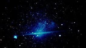 Het bewegen achteruit zich snel door de Stellaire Ruimte Terug vliegend door de blauwe, glanzende sterren in zwarte kosmos royalty-vrije illustratie