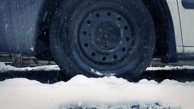 Het bewegen van Afgelopen Vrachtwagen in de Sneeuw stock video