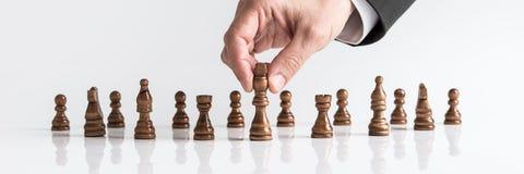 Het bewegen van donker Koningsschaakstuk bij witte lijst stock afbeelding